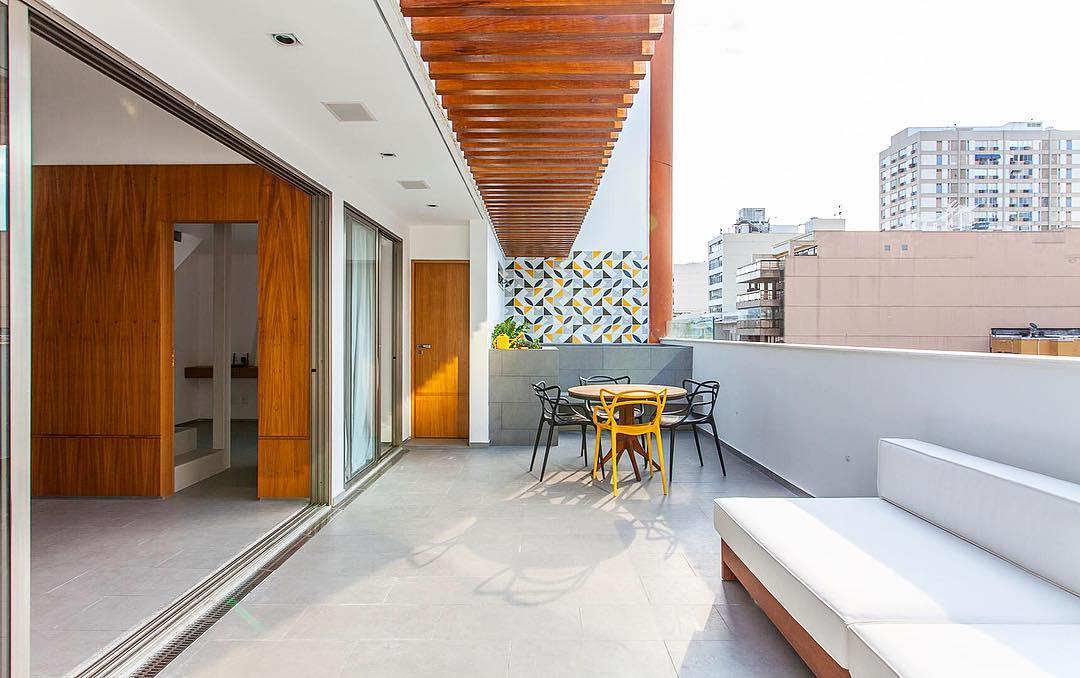Pergolado de madeira faz a transição entre o ambiente interno e o externo
