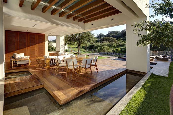 Pergolado de madeira cria uma área externa confortável e cheia de luz