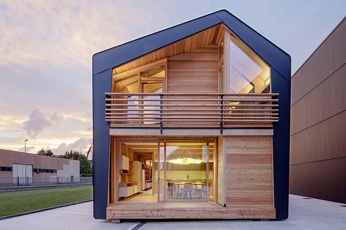 Casa pré-fabricada em estrutura metálica e acabamentos em madeira e vidro