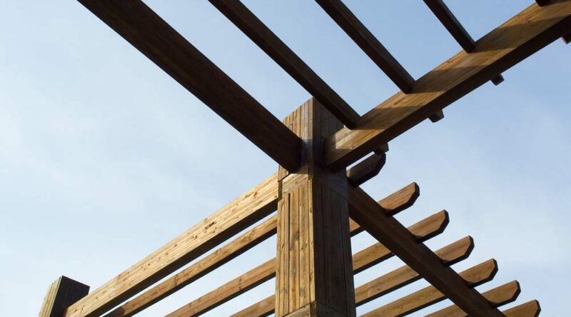 Pergolado de madeira: veja inspirações e saiba como fazer