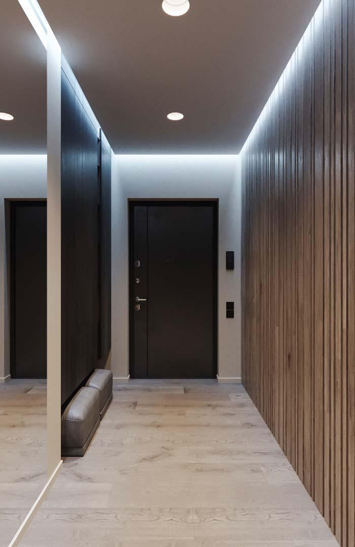 Na entrada da casa, a iluminação indireta do forro recebe moradores e visitantes
