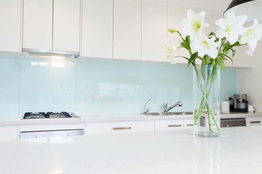 Flores de lírio no vaso na decoração da cozinha