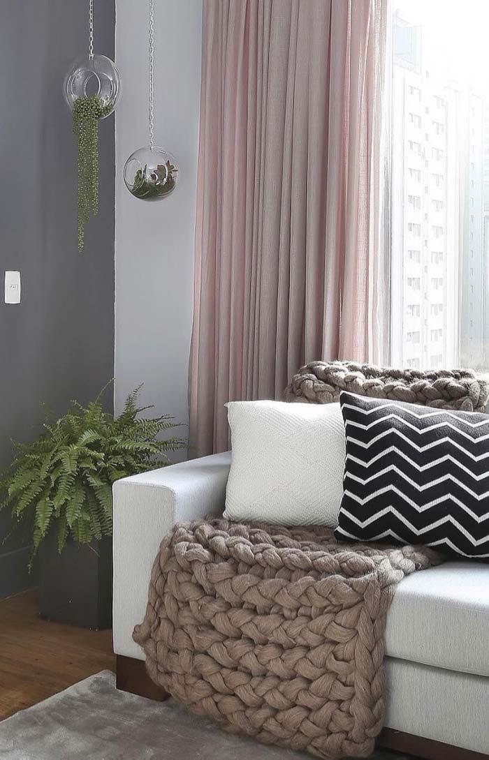 A sala de estilo romântico combinou muito bem com o vaso de samambaia
