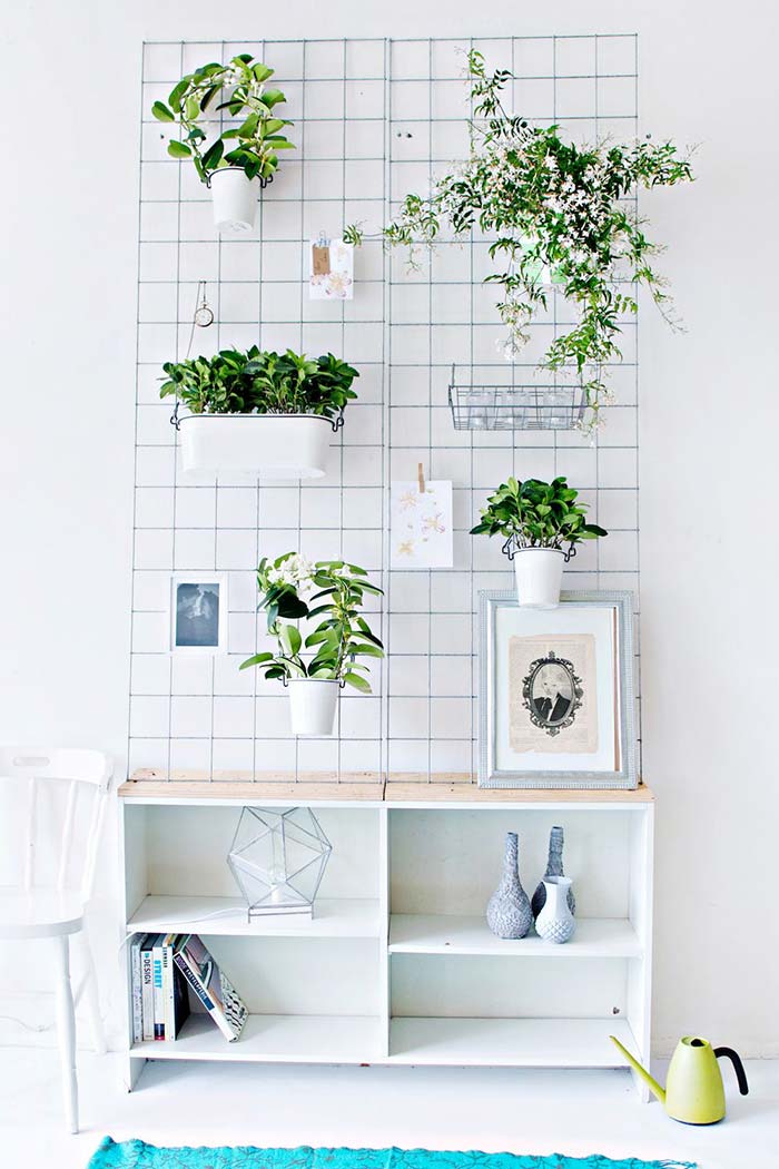 Horta vertical no aramado branco