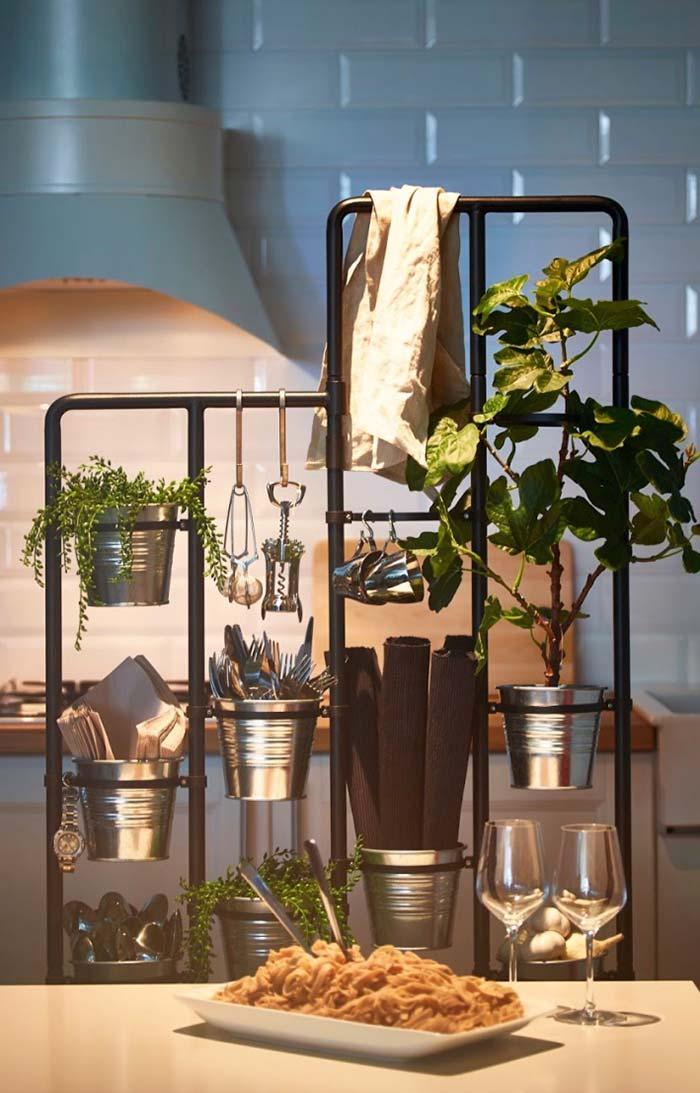 Horta vertical dividindo espaço com utensílios de cozinha