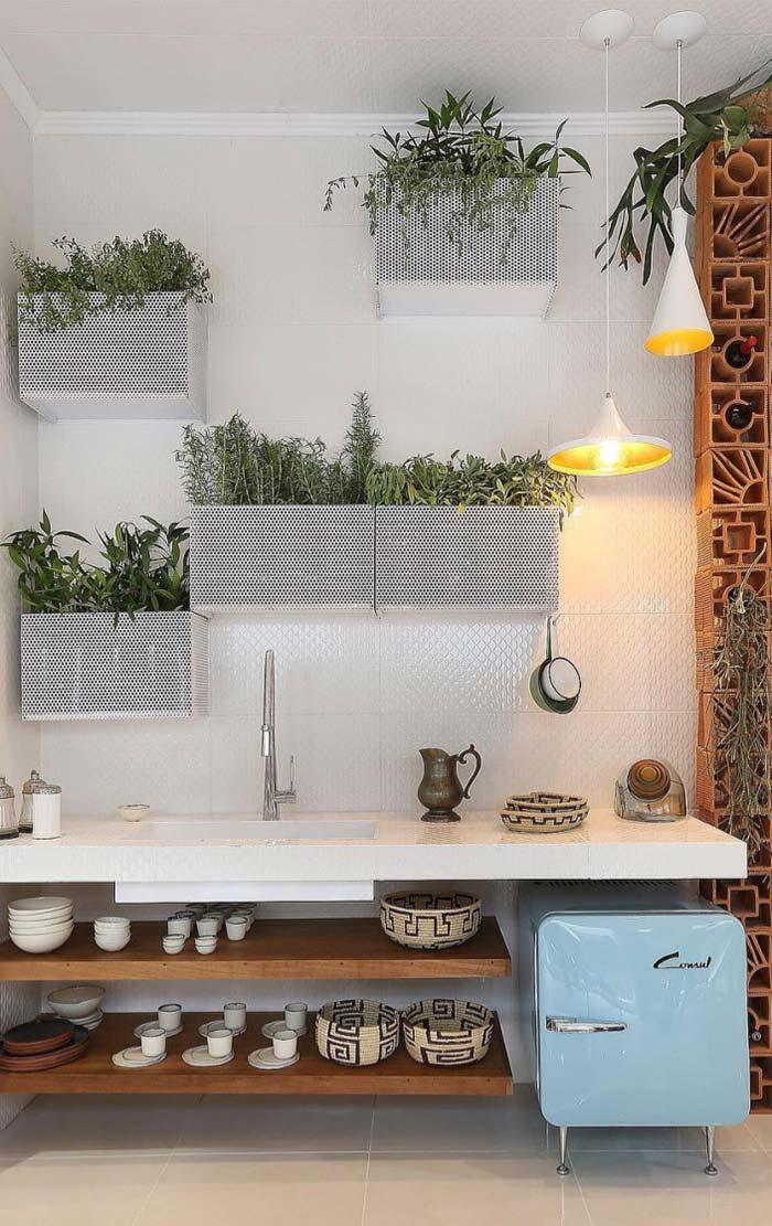 Para uma horta mais moderna, caixas furadinhas de metal ao invés dos caixotes de madeira