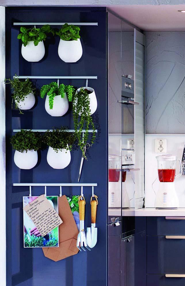 Vasos brancos com o azul da parede