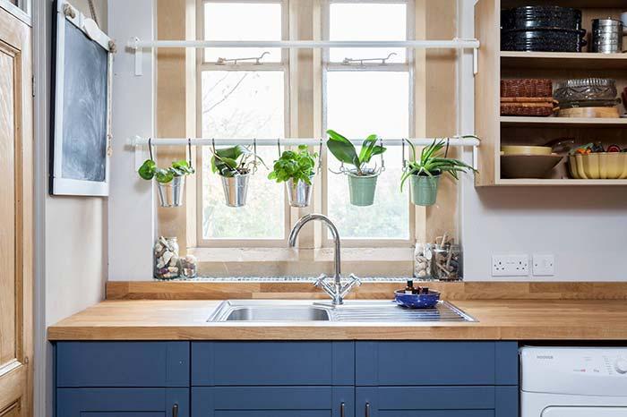 Horta vertical simples, delicada e muito funcional