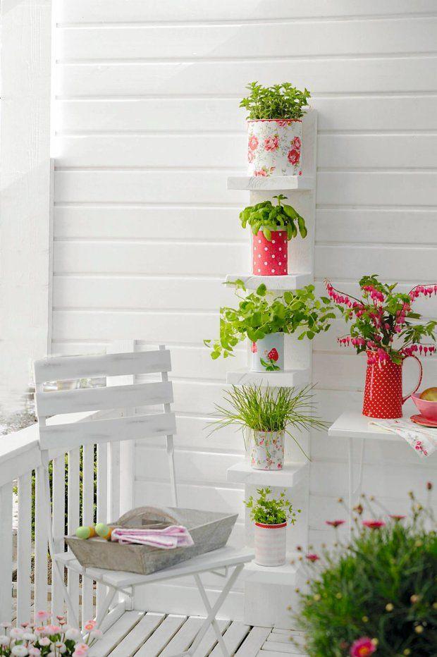 Mini prateleiras acomodam tranquilamente os vasos de estampa delicada