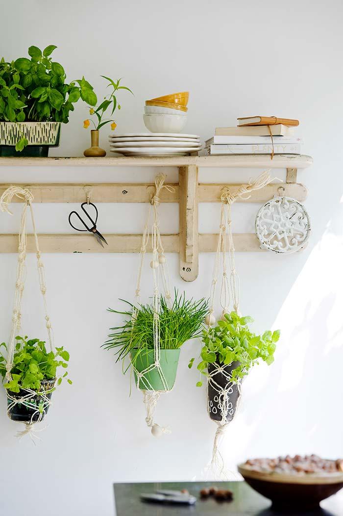Essa mini horta vertical deixa a cozinha rústica e mais charmosa