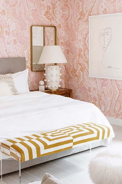 Rosa e branco num efeito marmorizado super orgânico na parede