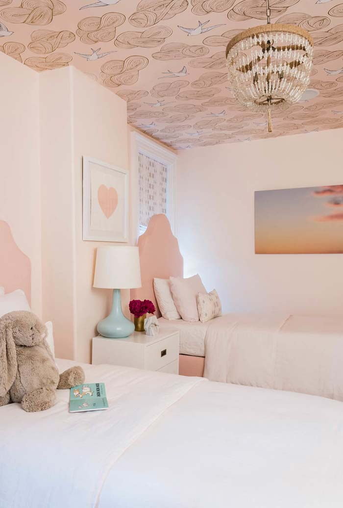 Tons de rosa claro no quarto para distribuir a luz num ambiente com baixa iluminação