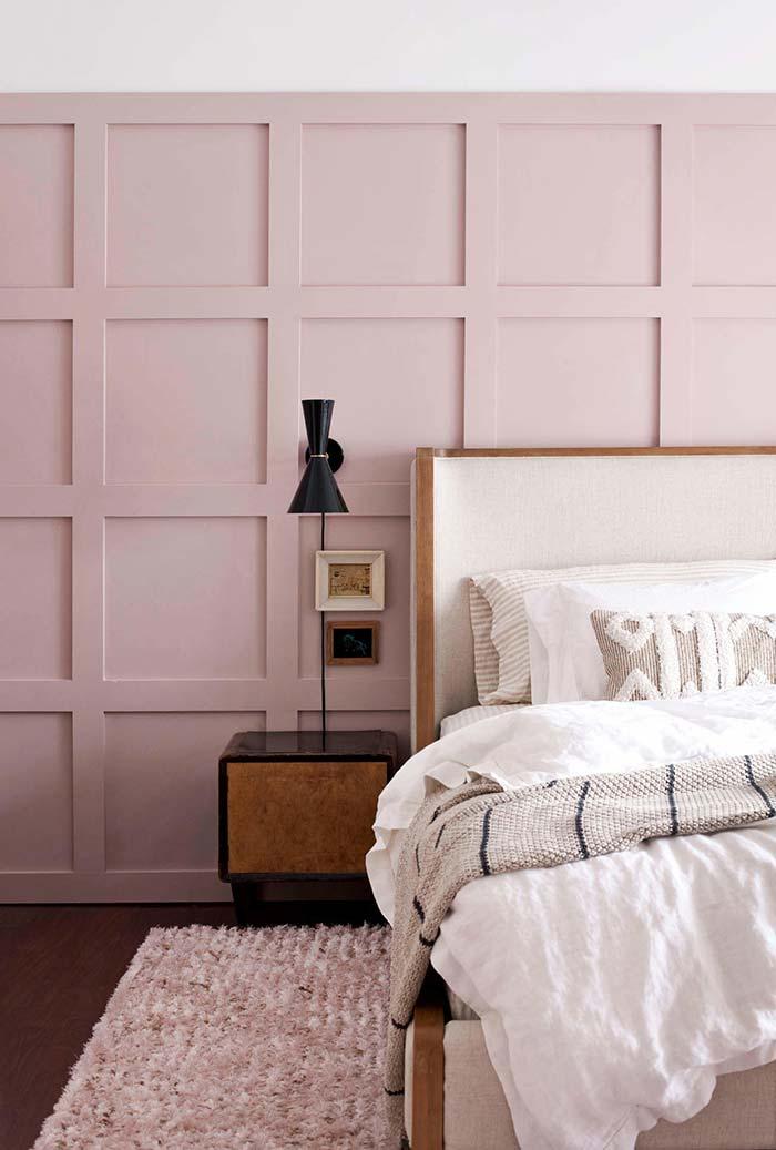 Quarto com painel de parede em madeira com acabamento em rosa antigo