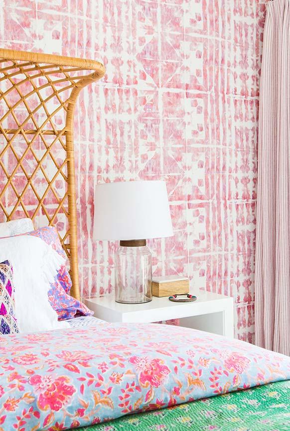 Pintura de parede em branco e rosa com gabaritos geométricos