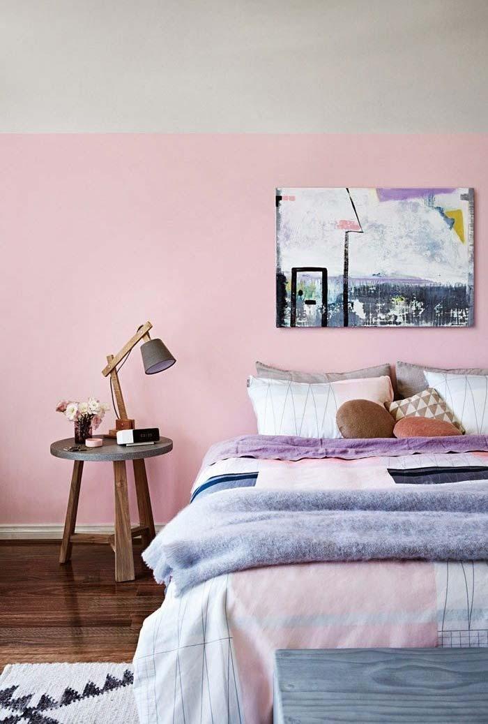 Quarto rosa com parede bicolor