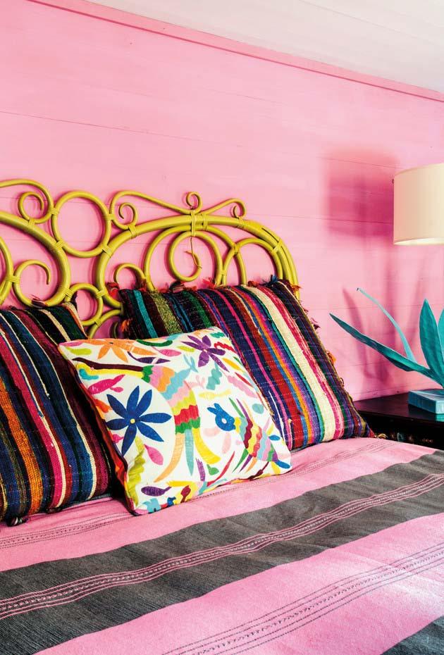 Painel rosa na parede da cama