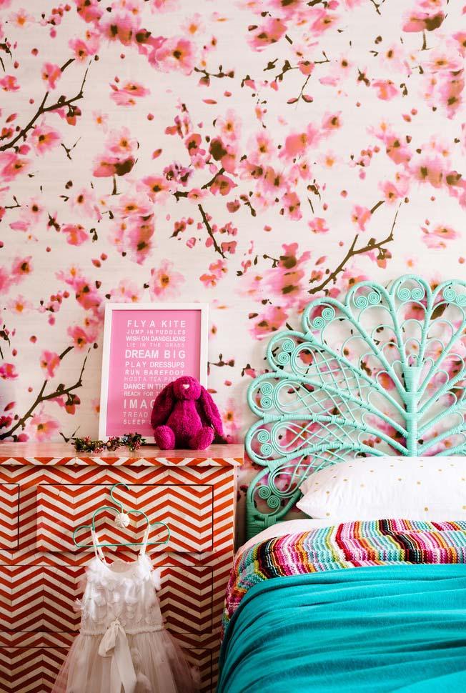 Papel de parede floral rosa no quarto