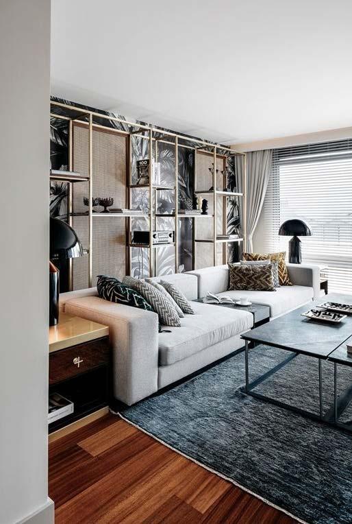 Sala de estar com um mix de persiana e cortina