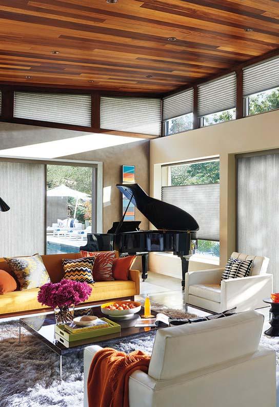Persiana para sala com janelas irregulares