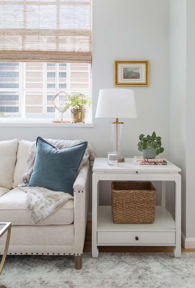 Combine a cor e o material da persiana para sala