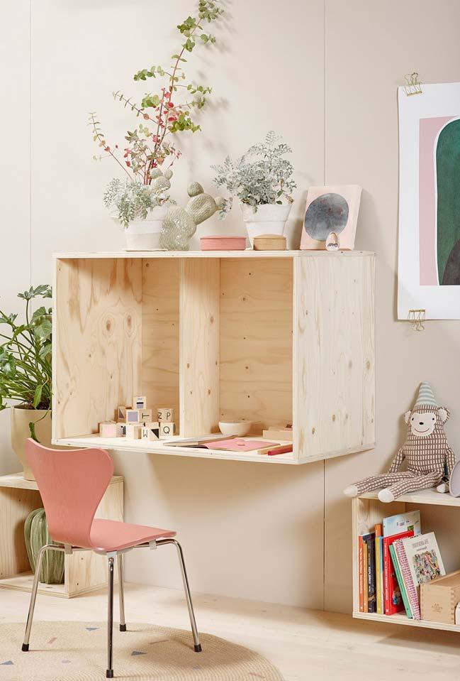 Área de estudos em madeira de demolição e rosa