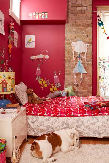 Vermelho e rosa escuro no quarto infantil feminino