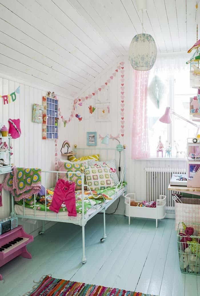 Muita cor, delicadeza e personalidade em um quarto infantil em madeira