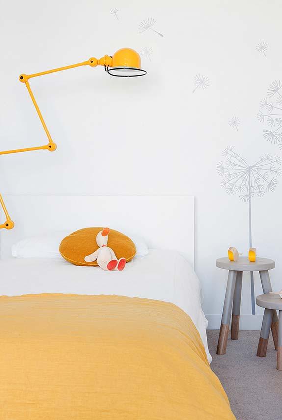 Branco, cinza e amarelo no quarto infantil feminino
