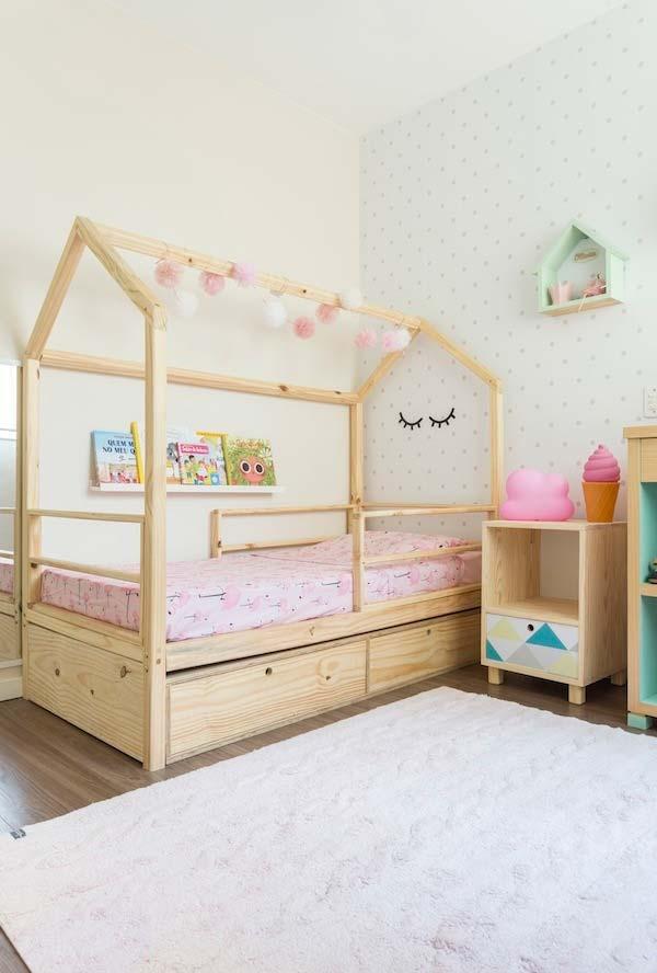 Outra cama de madeira em formato de casinhas