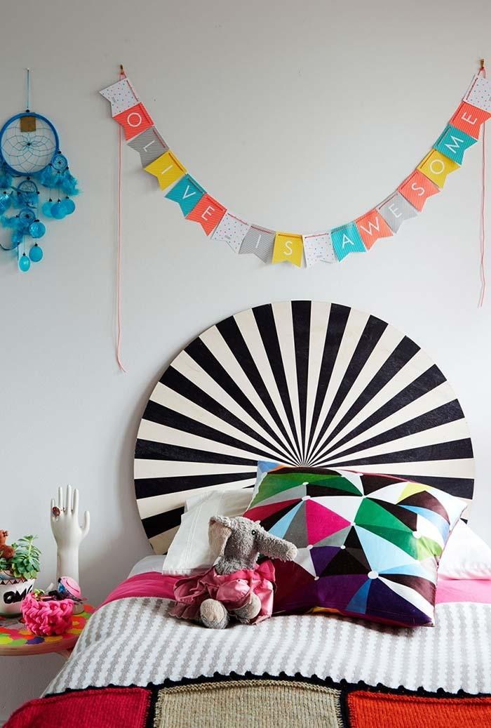 Uma cabeceira diferente para a cama em um quarto cheio de cor