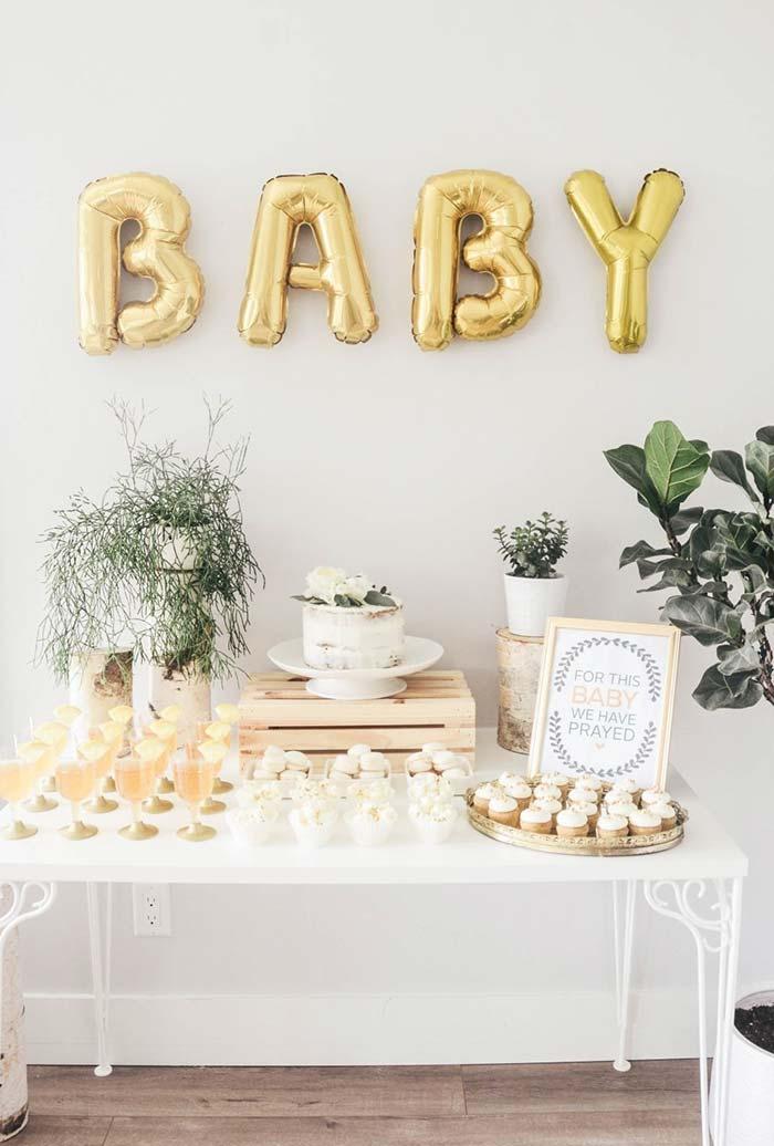 Chá de bebê: Mesa de docinhos com balões metalizados