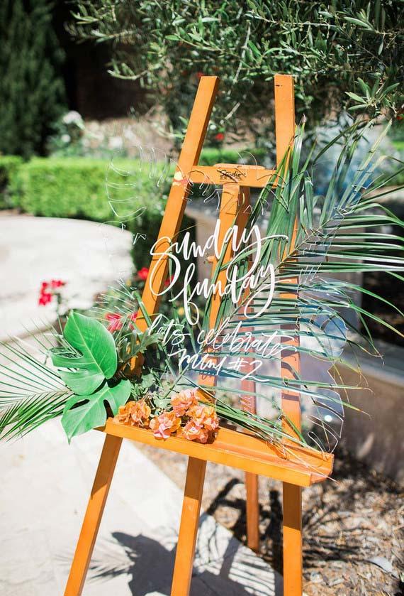 Cavalete com mensagem e muitas folhas e flores