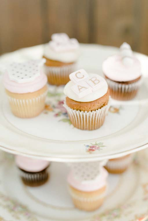 Cupcakes decorados com pasta americana no tema bebês