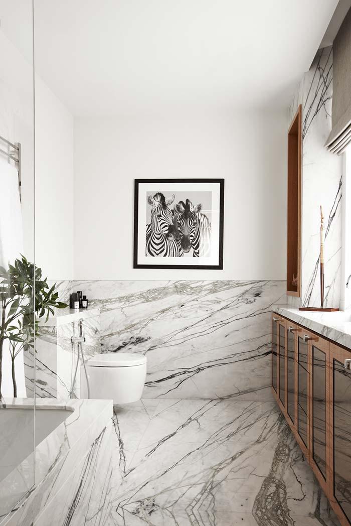 Banheiro luxuoso revestido em mármore Carrara