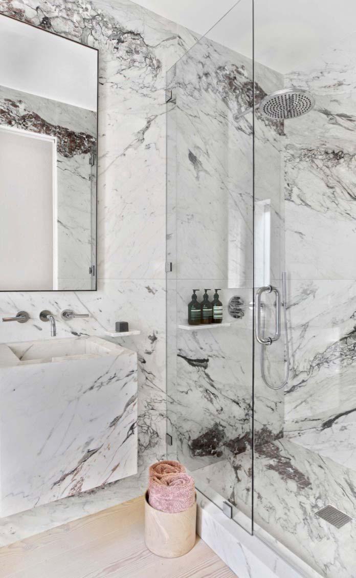 Mármore branco Carrara marca presença em todo o banheiro