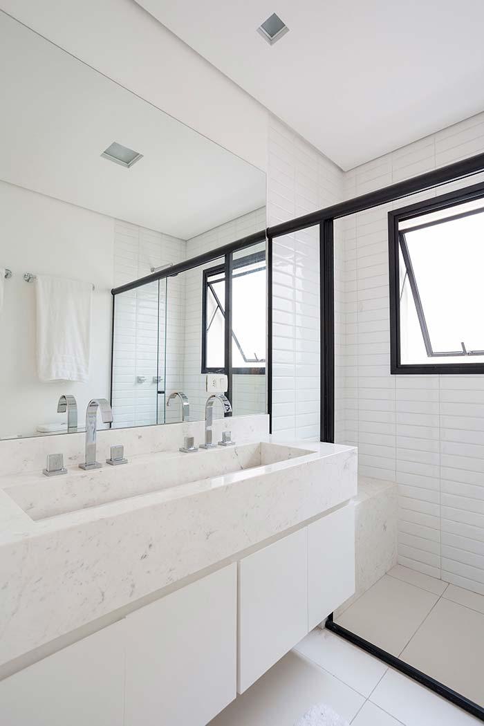 Banheiro com bancada em Mármore Branco Piguês
