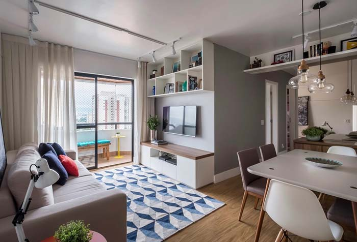 Sala pequena com móveis claros
