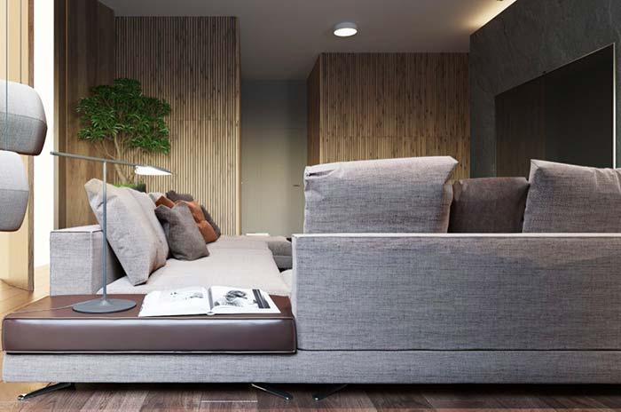 O canto do sofá serve como mesinha de apoio