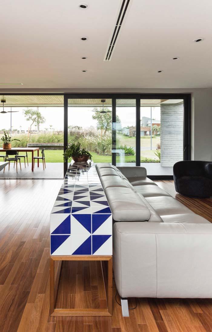 Sofá e aparador ajudam a delimitar cada ambiente