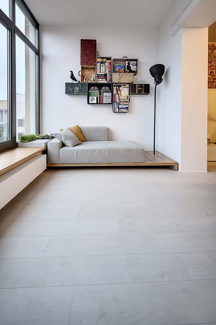 Sofá baixo apoiado no deck de madeira