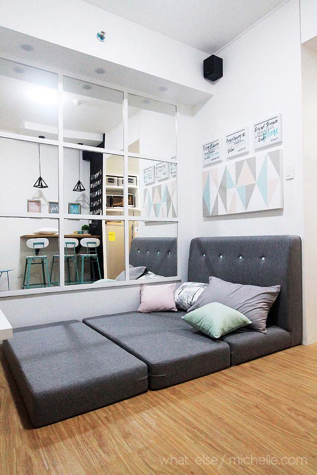 Uma cama grande e confortável entre a sala e a cozinha
