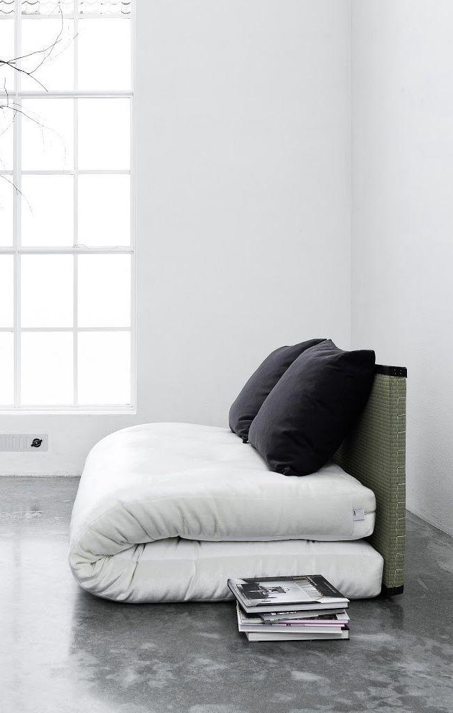 Pode ser um sofá, mas também pode ser um colchão dobrado ao meio