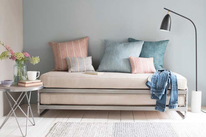 Sofá cama simples, funcional e integrado à decoração