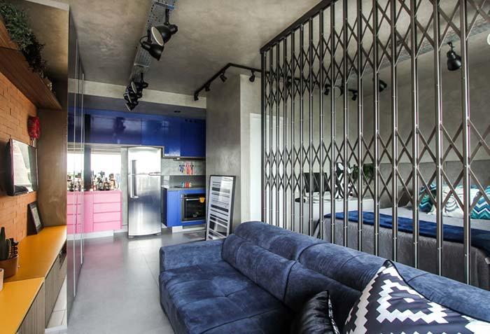 Ao invés de paredes, um portão de ferro entre os ambientes