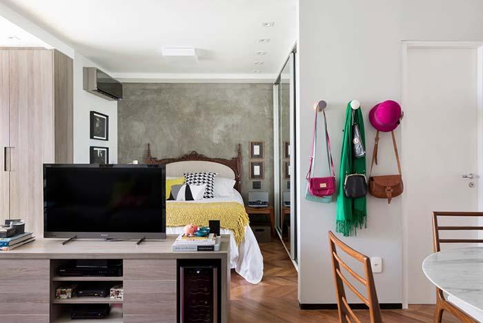 Decoração de apartamento pequeno com ganchos e cabides