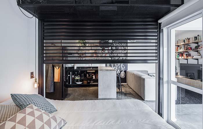 Porta de garagem como divisória para apartamento pequeno