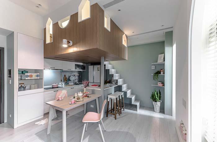 Um mezanino construído em cima da cozinha