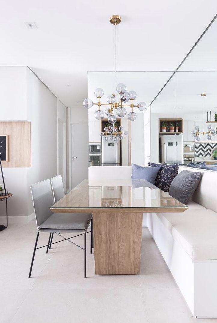 Decoração de apartamento pequeno com espelho na altura da mesa
