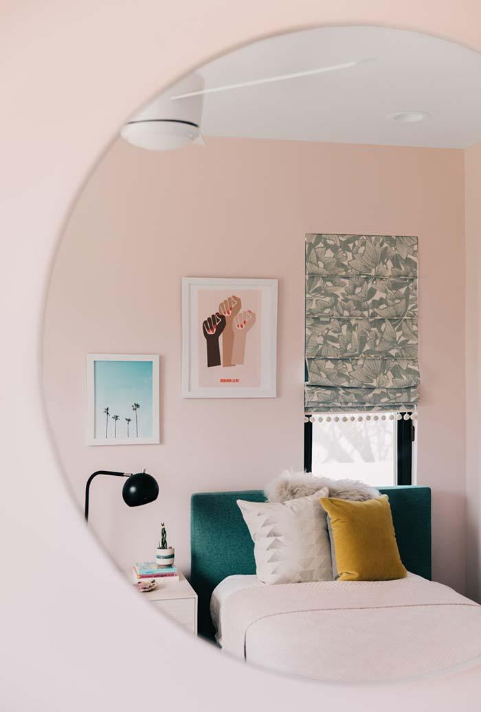 Espelho grande e redondo sem borda no quarto