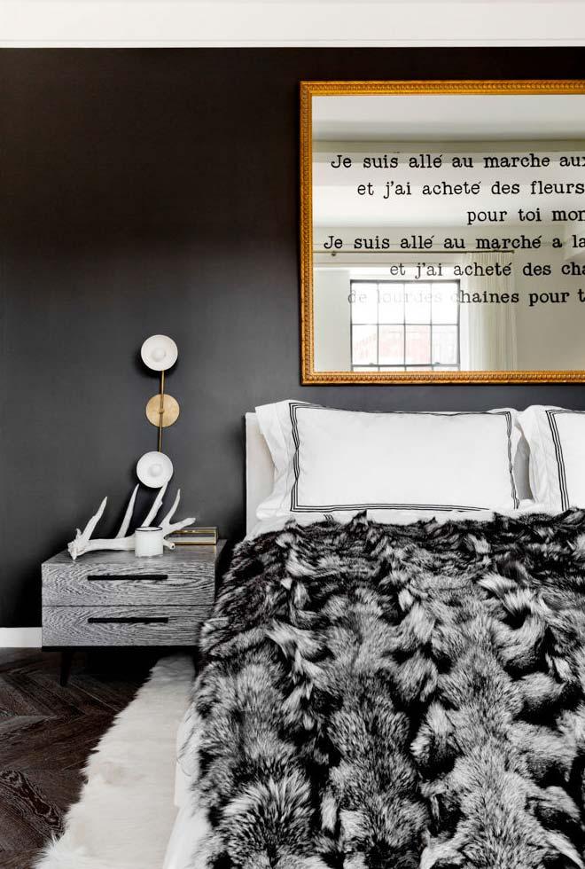 Espelho retangular acima da cama com borda